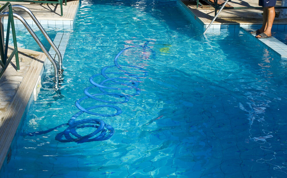 Vacuum a Pool Without a Pump